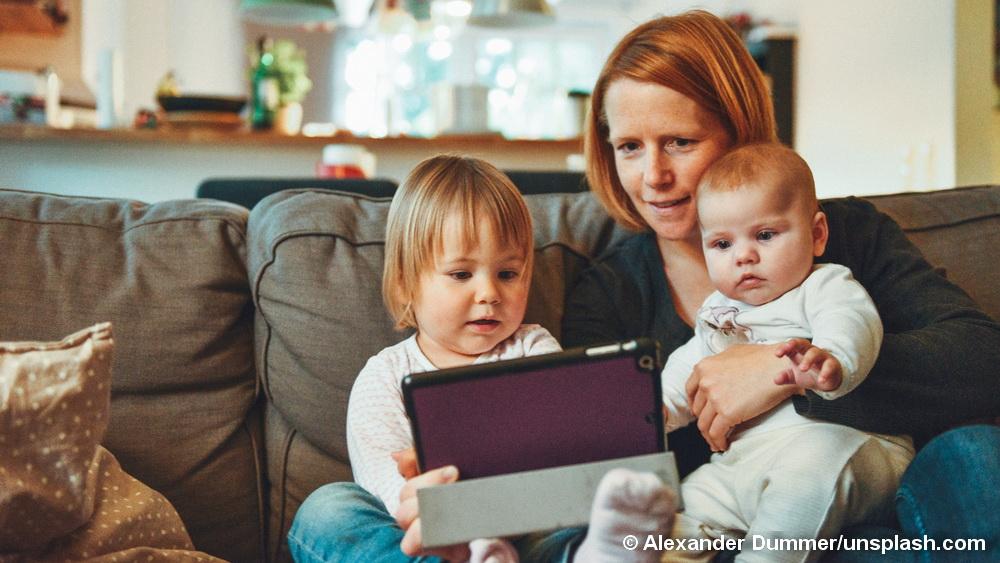 Mutter mit 2 Kindern am Tablett